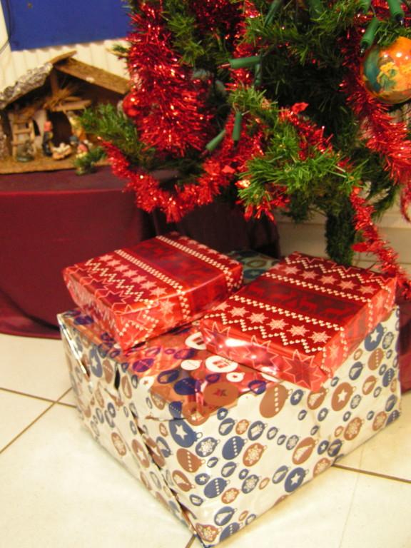 Cadeau De Noel Classe.Les Cadeaux Du Père Noël Au Pied Du Sapin Ecole Les